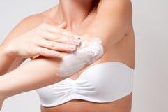 Cura del corpo e di bellezza Donna che applica crema sul suo gomito Fotografia Stock Libera da Diritti