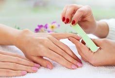 Cura delicata delle unghie in un salone di bellezza Immagine Stock