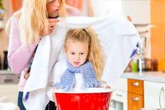 Cura della madre per il bambino malato con il vapore-bagno fotografie stock libere da diritti
