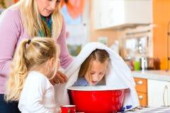 Cura della madre per il bambino malato con il vapore-bagno immagini stock libere da diritti