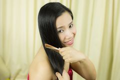 Cura di capelli Primo piano di bei capelli di Hairbrushing della donna con la spazzola Ritratto della donna femminile sexy che sp immagini stock libere da diritti