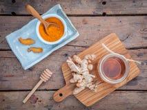 Cura di pelle alternativa - casalinga sfrega la polvere della curcumina, miele immagine stock