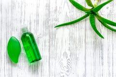 Cura di pelle casalinga L'aloe vera copre di foglie, vetro del succo di vera dell'aloe e sapone sul copyspace di legno di vista s Immagini Stock