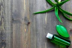 Cura di pelle casalinga L'aloe vera copre di foglie, vetro del succo di vera dell'aloe e sapone sul copyspace di legno di vista s Immagine Stock Libera da Diritti