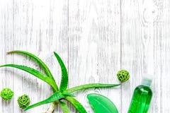 Cura di pelle casalinga L'aloe vera copre di foglie, vetro del succo di vera dell'aloe e sapone sul copyspace di legno di vista s Fotografia Stock