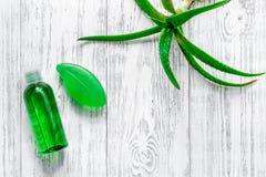 Cura di pelle casalinga L'aloe vera copre di foglie, vetro del succo di vera dell'aloe e sapone sul copyspace di legno di vista s Immagini Stock Libere da Diritti
