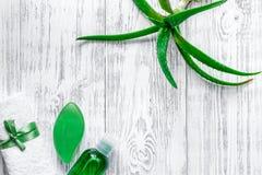Cura di pelle casalinga L'aloe vera copre di foglie, vetro del succo di vera dell'aloe e sapone sul copyspace di legno di vista s Immagine Stock