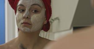 Cura di pelle con la maschera di protezione archivi video