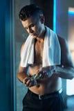 Cura di pelle degli uomini dopo la rasatura del fronte Uomo che utilizza lozione nel bagno Immagine Stock Libera da Diritti