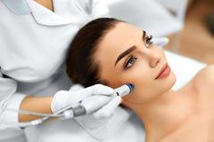 Cura di pelle del fronte Idro trattamento facciale della sbucciatura di Microdermabrasion Fotografie Stock