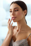 Cura di pelle delle labbra Donna con il fronte di bellezza che applica il balsamo di labbro sopra Fotografie Stock Libere da Diritti