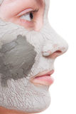 Cura di pelle Donna che applica la maschera dell'argilla sul fronte Fotografia Stock