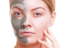 Cura di pelle. Donna che applica la maschera dell'argilla sul fronte. Stazione termale. Fotografia Stock Libera da Diritti