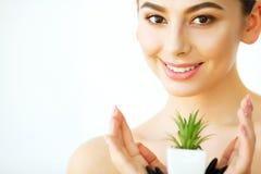 Cura di pelle Donna con chiara pelle che tiene aloe verde Vera Plant Fotografia Stock Libera da Diritti
