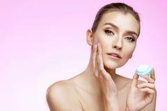 Cura di pelle e concetto di bellezza immagini stock libere da diritti