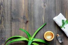 Cura di pelle Il gel di vera dell'aloe e l'aloe vera copre di foglie sul copyspace di legno di vista superiore del fondo Immagine Stock Libera da Diritti