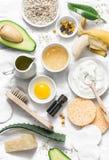 Cura di pelle di inverno Ingredienti naturali casalinghi per una maschera di protezione di nutrizione su un fondo leggero, vista  fotografia stock
