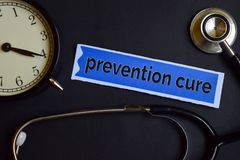 Cura di prevenzione sulla carta della stampa con ispirazione di concetto di sanità sveglia, stetoscopio nero fotografie stock