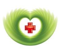 Croce rossa nel cuore verde Fotografie Stock Libere da Diritti