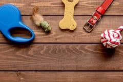 Cura ed addestramento di animale domestico di concetto sulla vista superiore del fondo di legno Fotografia Stock