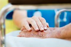 Cura per gli anziani in sedia a rotelle Immagini Stock Libere da Diritti