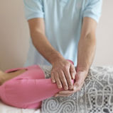 Curador de sexo masculino que trabaja en el codo del paciente Imagen de archivo