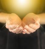 Curandeiro com energia cura dourada da esfera Foto de Stock