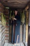 Curandeiro com ervas secadas imagens de stock royalty free