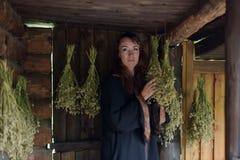 Curandeiro com ervas secadas fotografia de stock