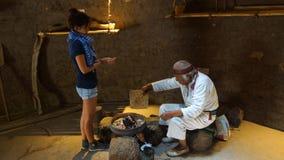 Curandeiro idoso que cura uma jovem mulher no center turistic de Ciudad Mitad del Mundo próximo da cidade de Quito foto de stock royalty free
