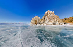 Curandeiro largo Rock da opinião de ângulo ou cabo Burhan na ilha de Olkhon em w Imagem de Stock
