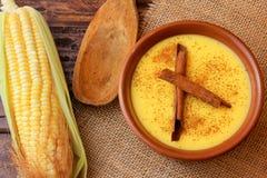 Curau, κρέμα του γλυκού καλαμποκιού και επιδόρπιο χαρακτηριστικό της βραζιλιάνας κουζίνας, με την κανέλα που τοποθετείται στο κερ στοκ φωτογραφία με δικαίωμα ελεύθερης χρήσης