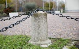 Curbstone z łańcuchami obrazy royalty free