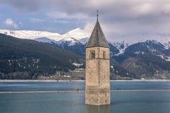 Curchtower von Curon Vionosta versenkt in See Reschen, Vinschgau-Tal, Süd-Tirol, Italien stockbild