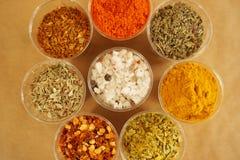 Curcuma paprika, saltar, curry och torkade örter från över Kulinarisk och matbegrepp arkivfoto