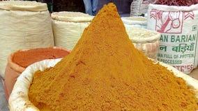 Curcuma potente della polvere gialla immagini stock