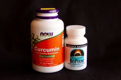 Curcumin och BioPerine royaltyfri foto