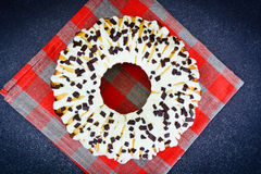 Curd Cake com crosta de gelo e chocolate brancos Fotos de Stock Royalty Free
