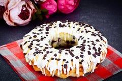 Curd Cake con glassa e cioccolato bianchi Immagine Stock