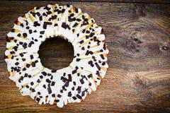 Curd Cake con la formación de hielo y el chocolate blancos Imagen de archivo