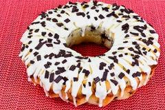 Curd Cake con la formación de hielo y el chocolate blancos Foto de archivo