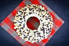 Curd Cake con la formación de hielo y el chocolate blancos Fotos de archivo libres de regalías