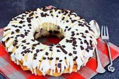 Curd Cake con la formación de hielo y el chocolate blancos Foto de archivo libre de regalías