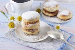 Curd cheesecakes na białym talerzu kropiącym z sproszkowanym cukierem pyszny deser obraz stock