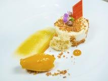 Curd deser z lody dekorującym z czekoladą i kwiatami yellow Na białym toiler obraz stock