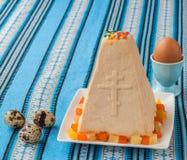 Curd Easter-cake op geborduurd tafelkleed Stock Afbeeldingen