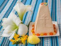 Curd Easter-cake op geborduurd tafelkleed Royalty-vrije Stock Fotografie