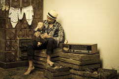 Cure del padre per suo figlio neonato Fotografia Stock