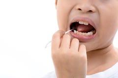 Cure-dents d'utilisation de garçon Photos stock