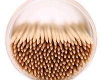 Cure-dents dans une boîte ronde, vue supérieure Images stock